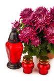 Lanterne grave de bougie avec des fleurs d'isolement sur le blanc Photographie stock libre de droits