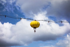 Lanterne jaune sur le fil Images stock