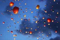 Lanterne Multi-colored nel cielo Immagini Stock