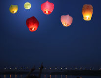 Lanterne Multi-colored nel cielo Immagine Stock