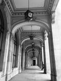 Lanterne noire et blanche de lampe d'arcade de hall photo stock