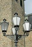 Lanterne nostalgique de rue devant un mur en pierre de nature Photo stock