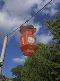Lanterne orange suspendue avec l'arbre Image stock