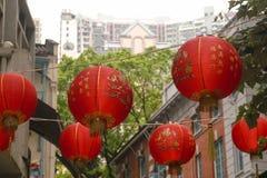 Lanterne rosse che appendono sopra Hong Kong Street Fotografia Stock Libera da Diritti