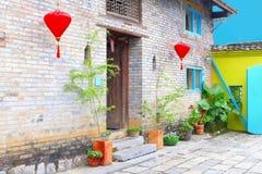 Lanterne rosse luminose della costruzione cinese d'annata, Cina Fotografie Stock Libere da Diritti