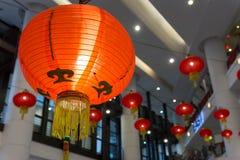 Lanterne rouge accrochant dans un centre commercial photographie stock