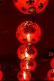 Lanterne rouge accrochant sur le plafond Image stock