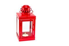 Lanterne rouge avec le tealight brûlant sur le fond blanc Photographie stock libre de droits