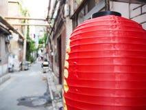 Lanterne rouge chinoise accrochant devant de vieilles maisons dans le Frenc images libres de droits