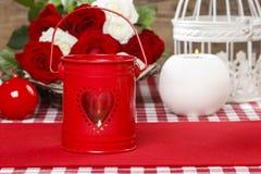 Lanterne rouge de fer avec la forme de coeur Images stock