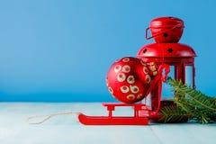 Lanterne rouge et pin vert sur le fond bleu vert Photo stock