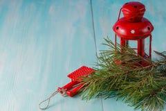Lanterne rouge et pin vert sur le fond bleu vert Photos stock