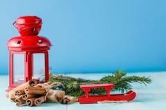 Lanterne rouge et pin vert sur le fond bleu vert Photo libre de droits