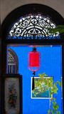 Lanterne rouge vue la porte dans une maison bleue à Penang photos stock