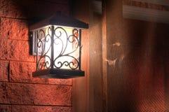 Lanterne rougeoyante sur le mur Images libres de droits