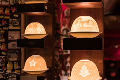 Lanterne s de quatre tables avec la forme de fête de style images stock