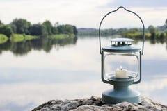 Lanterne sur la roche, lac à l'arrière-plan Image libre de droits