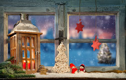Lanterne sur le filon-couche de fenêtre en hiver Image stock