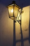 Lanterne sur le mur Photographie stock libre de droits
