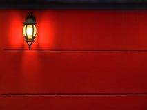 Lanterne sur le mur Images stock