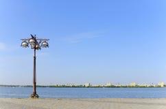 Lanterne sur le quai vide Photo libre de droits
