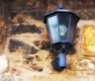Lanterne sur un mur en pierre Image libre de droits