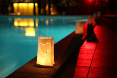 Lanterne sur une piscine image libre de droits
