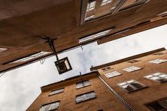 Lanterne sur une rue étroite contre le ciel Image stock