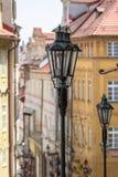 Lanterne sur une rue confortable à Prague Images libres de droits