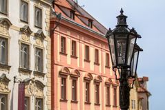 Lanterne sur une rue confortable à Prague Image stock