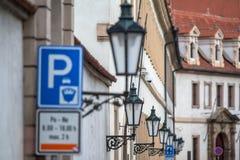 Lanterne sur une rue confortable à Prague Photos libres de droits