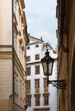 Lanterne sur une rue confortable à Prague Image libre de droits