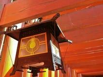 Lanterne traditionnelle japonaise de vintage avec le tunne en bois rouge de piles Images libres de droits