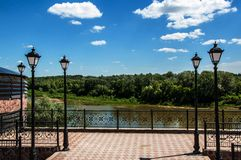 Lanterne urbaine sur un fond de ciel bleu Photos stock