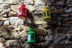 Lanterne variopinte che appendono sulla parete Immagini Stock Libere da Diritti