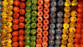 Lanterne variopinte in tempio buddista di Jogyesa, Seoul, Corea del Sud video d archivio