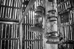 Lanternes accrochant dans une vieille grange de tabac photographie stock libre de droits