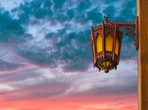 Lanternes arabes de rue dans la ville de Dubaï Image stock