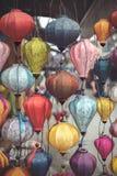 Lanternes asiatiques color?es en journ?e photo libre de droits