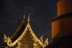 Lanternes asiatiques de flottement dans la vieille ville, Chiang Mai Photographie stock