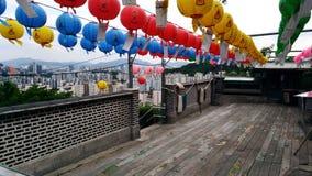 lanternes au-dessus de la ville photos stock