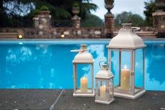 Lanternes blanches traditionnelles dans un jardin avec la piscine Image libre de droits