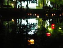 Lanternes brûlantes dans l'eau Image stock