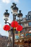 Lanternes chinoises accrochant sur le lampost à Paris Photographie stock
