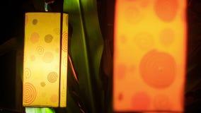 Lanternes chinoises cylindrique de plan rapproché dans la nuit foncée banque de vidéos