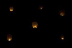 Lanternes chinoises de ciel de l'amour la nuit Image stock