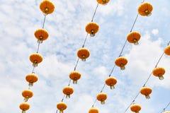 Lanternes chinoises jaunes lumineuses sur la rue de Singapour photo stock