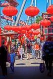 Lanternes chinoises rouges de Copenhague, Danemark aux jardins de Tivoli Image stock