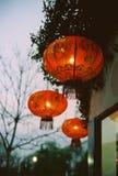 3 lanternes chinoises rouges de traditonal accrochant sur la gouttière image libre de droits