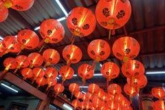 Lanternes chinoises rouges sur le toit Image libre de droits